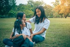 Concept adorable : Bonheur de sourire étreignant et se sentant de femme et d'enfant en parc photos stock