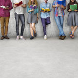 Concept adulte de la connaissance d'éducation de lecture de la jeunesse d'étudiants image stock