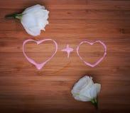 Concept affectueux de coeurs sur le bois avec des fleurs Images stock