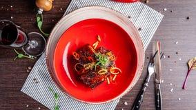 Concept américain de cuisine Nervures de porc de BBQ cuites au four dans la moutarde de miel Plats de portion dans un restaurant  photo libre de droits