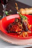 Concept américain de cuisine Nervures de porc de BBQ cuites au four dans la moutarde de miel Plats de portion dans un restaurant  image libre de droits