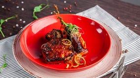 Concept américain de cuisine Nervures de porc de BBQ cuites au four dans la moutarde de miel Plats de portion dans un restaurant  photos libres de droits