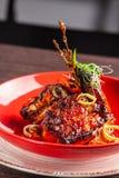Concept américain de cuisine Nervures de porc de BBQ cuites au four dans la moutarde de miel Plats de portion dans un restaurant  photographie stock libre de droits