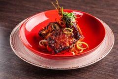 Concept américain de cuisine Nervures de porc de BBQ cuites au four dans la moutarde de miel Plats de portion dans un restaurant  photos stock
