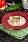 Concept Amerikaanse keuken De aardappelsoep van de tweekleppig schelpdiervissoep met overzees voedsel, mosselen, zalm De soep van royalty-vrije stock afbeelding