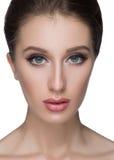 Concept anti-vieillissement de traitement et de chirurgie plastique Belle jeune femme avec la main sur la joue regardant l'appare Photographie stock