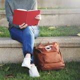 Concept asiatique de Madame Reading Book Park dehors Photographie stock libre de droits
