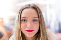 Concept assez blond de portrait, millenial et de mode de vie d'adolescent Photo libre de droits