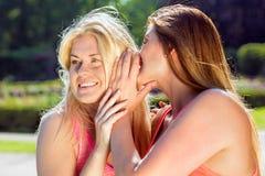 Concept au sujet de partager des secrets ou le bavardage avec des femmes Image libre de droits