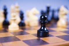Concept avec des pièces d'échecs sur un échiquier en bois Image libre de droits