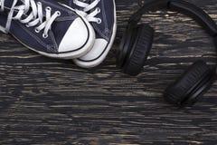 Concept avec les espadrilles et les écouteurs bleus Photos libres de droits