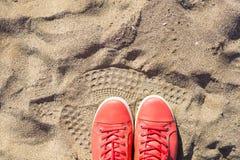 Concept avec les espadrilles roses sur le sable de mer lumineux Fond de vacances d'été avec l'espace pour le texte Image stock