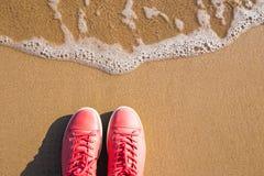 Concept avec les espadrilles roses sur le sable de mer lumineux Fond de vacances d'été de mer avec l'espace pour le texte Photographie stock