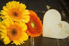 Concept avec un bouquet des fleurs et le coeur sur de vieux conseils Images libres de droits