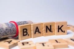 Concept bank op geïsoleerde achtergrond met muntnota's stock fotografie