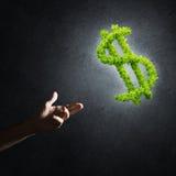Concept bankwezen en investering door groen dollarsymbool wordt voorgesteld op concrete achtergrond die Stock Foto