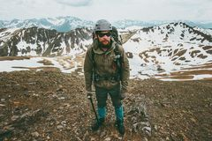 Concept barbu de survie de mode de vie de voyage d'alpinisme d'homme photo stock