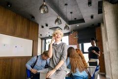 Concept benefitial verbindingen Het jonge blonde is kerkgemeenschap met haar kameraad Royalty-vrije Stock Afbeeldingen