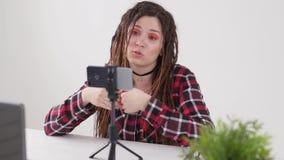 Concept blogging en videouitzendingen De jonge vrouwelijke video of de uitzending van de bloggeropname levend op smartphone stock video