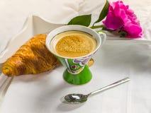 Concept bonjour Tasse de café délicieuse avec l'amour et le croi Photographie stock