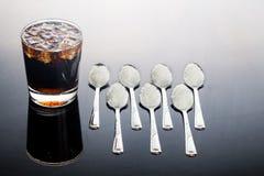 Concept bruisende koladranken met ongezond suikergehalte Royalty-vrije Stock Foto's