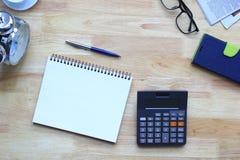 Concept, calculatrice et carnets de finances d'affaires sur la table photos stock