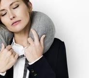 Concept caucasien d'oreiller de voyage de femme photographie stock
