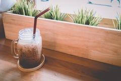 Concept chaud de vintage : tasse de café fraîche de cappuccino dans la boutique de café Images libres de droits