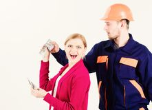 Concept cher de service Salaire de cliente de femme à l'homme dans le casque, photographie stock