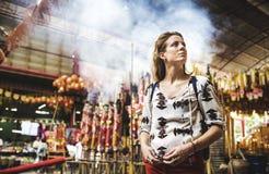 Concept chinois de temple de voyageuse de jeune femme photos stock