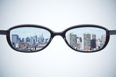 Concept clair de vision avec des lunettes avec la ville de megapolis au petit morceau Images stock