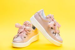 Concept confortable de chaussures Les chaussures pour des filles ou des femmes décorées de la perle perlent Paires de pâle - espa Photos stock