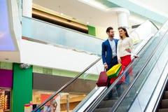 Concept consumentisme, verkoop en mensen Modieuze mooie gelukkig stock afbeeldingen