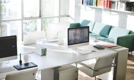 Concept contemporain de fournitures de bureau de lieu de travail de pièce images stock
