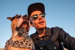 Concept corrompu d'autoportrait : homme essayant de faire un selfie avec photographie stock libre de droits