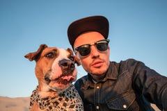Concept corrompu d'autoportrait : homme essayant de faire un selfie avec image libre de droits