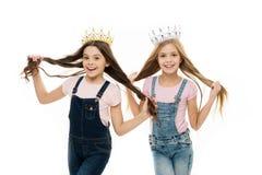 Concept corrompu d'enfants Princesse ?gocentrique Les enfants portent la princesse d'or de symbole de couronnes Chaque r?ver de f images libres de droits