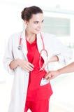 Concept corruptie met vrouw arts die steekpenning goedkeuren Stock Afbeelding