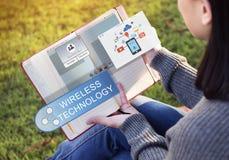 Concept coulant en ligne de technologie du sans fil de transfert de technologie photo stock