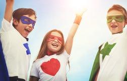 Concept courageux d'imagination de fille de garçon de super héros Photo libre de droits