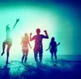 Concept courant de plage d'été d'amusement divers d'amis Image libre de droits