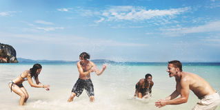 Concept courant de plage d'été d'amusement divers d'amis image stock