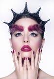 Concept créateur Femme avec le Headwear de fantaisie et le maquillage rouge photos stock