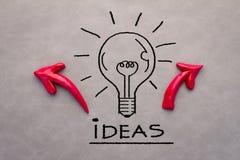Concept créatif avec la flèche de witf d'ampoule de dessin Photos libres de droits
