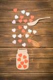 Concept créatif d'amour des coeurs colorés sur un fond en bois Photo stock