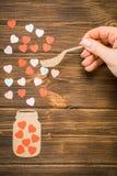 Concept créatif d'amour des coeurs colorés sur un fond en bois Image libre de droits