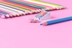 Concept créatif d'idée d'art avec des stylos sur le rose photographie stock