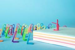 Concept créatif d'idée, groupe d'agrafes avec le chef, discours devant l'assistance photographie stock libre de droits