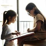 Concept créatif d'imagination d'idées d'amitié de soeurs Image libre de droits
