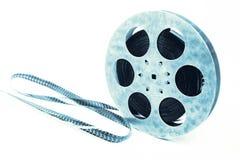 Concept créatif d'une rétro pellicule cinématographique avec une bobine de film de vintage d'isolement sur le blanc Photos libres de droits